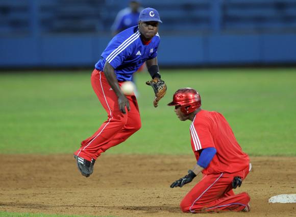 Torriente y José Miguel en jugada en segunda. Foto: Ismael Francisco/Cubadebate.