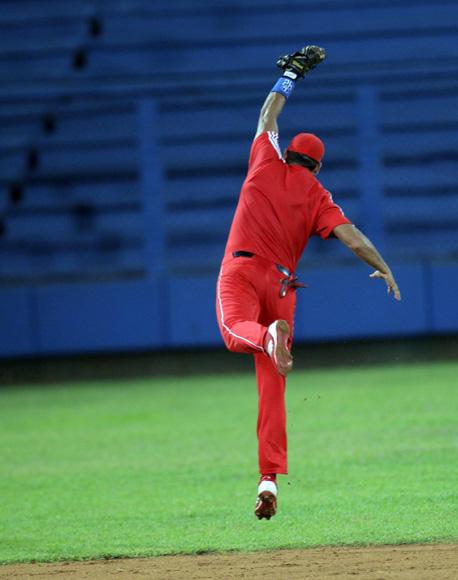 Manduley salta y atrapa la bola.  Foto: Ismael Francisco/Cubadebate.