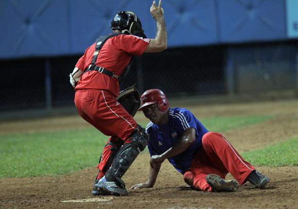 Último out del juego Samon nunca llego a home. Foto: Ismael Francisco/Cubadebate.