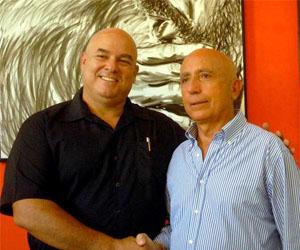 Alex Castro (izquierda) junto al pintor italiano Franco Azzinari.