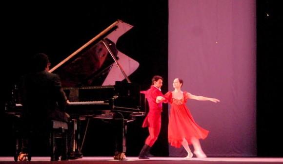"""Presentación del ballet, """"En la noche"""",   durante la gala de Inauguración del XXIII Festival de Ballet de La Habana, en la sala Avellaneda del Teatro Nacional de Cuba, realizada el 28 de octubre de 2012 en La Habana. AIN FOTO/Oriol de la Cruz ATENCIO"""
