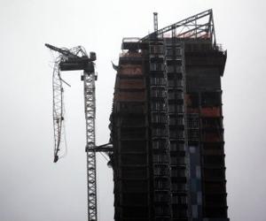 La fuerza de los vientos rompió esta grúa en un rascacielos neoyorquino en construcción.