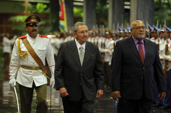 Recibe Raúl Castro, presidente cubano a su homologo de Guyana, Donald Rabindranauth Ramotar. Foto Ismael Francisco/Cubadebate.