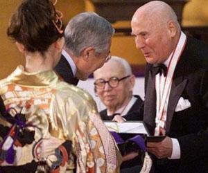 Henze, recibiendo un reconocimiento en Japón en el año 2000.