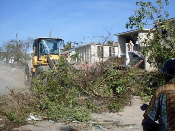 Trabajadores de comunales trabajan en la limpieza de las vías en Santiago de Cuba