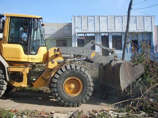 Trabajadores de comunales trabajan en la limpieza de las vías en Santiago de Cuba tras el paso del huracán Sandy