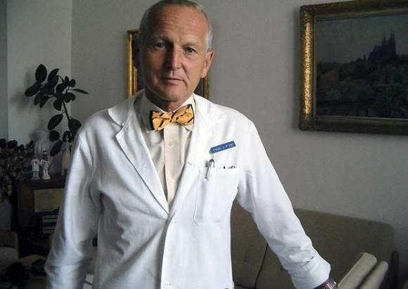 El profesor Jan Pirk, responsable de la operación que permitió a Jakub Halik vivir sin un corazón. Foto: EFE