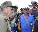Raúl Recorre zonas afectadas por el huracán Sandy en Santiago de Cuba. Foto: Estudios Revolución