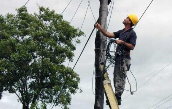 Trabajadores intentan restablecer la totalidad del fluido eléctrico en el municipio de Cueto, Holguín