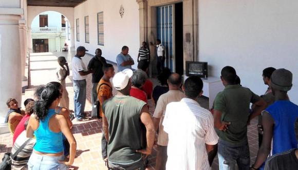 En los lugares donde existen grupos electrógenos la población se informa sobre la recuperación tras el paso del huracán Sandy, por la provincia santiaguera, el 27 de octubre de 2012.   AIN FOTO/José Roberto LOO VÁZQUEZ