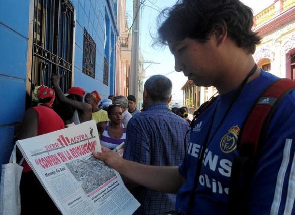 La impresión diaria del periódico Sierra Maestra, una de las iniciativas para informar a la población sobre la recuperación tras el paso del huracán Sandy, por la provincia santiaguera, el 27 de octubre de 2012.  AIN FOTO/José Roberto LOO VÁZQUEZ