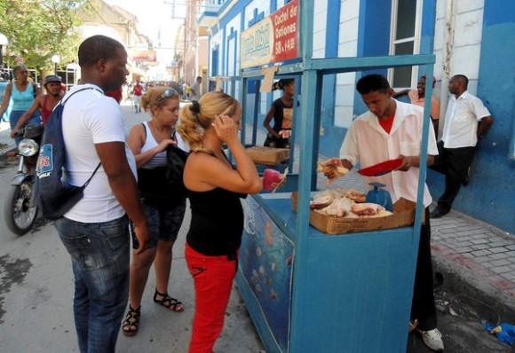 Habilitan en Santiago de Cuba puntos móviles de venta de comida, tras el paso del huracán Sandy por la provincia, el 27 de octubre de 2012. AIN FOTO/José Roberto LOO VÁZQUEZ