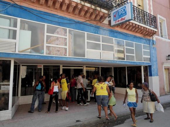 Comercios que no tuvieron afectaciones, tras el paso del huracán Sandy por Santiago de Cuba, permanecen abiertos para satisfacer algunas de las necesidades de los santiagueros, el 27 de octubre de 2012.   AIN FOTO/José Roberto LOO VÁZQUEZ