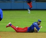 Excelente jugada de Erisbel Arruebarruena en el campo corto. Foto: Ismael Francisco/Cubadebate.