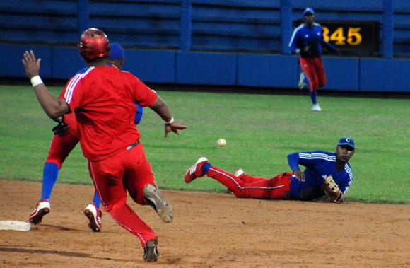 Excelente jugada de Erisbel Arruebarruena en el campo corto. Foto: Ladyerene Pérez/Cubadebate.