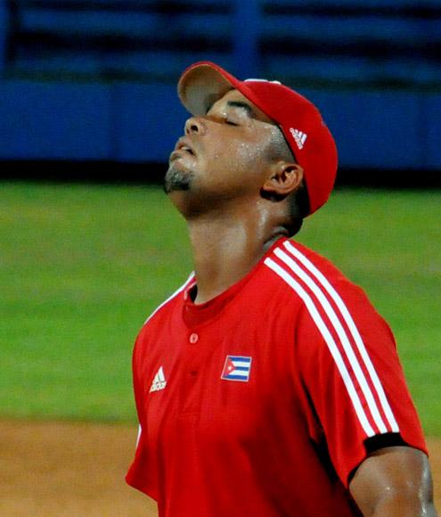 Jose Dariel Abreu recibio un fuerte pelotazo en primera base. Foto: Ladyrene Pérez/Cubadebate.