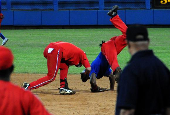 Jugada rara en segunda base. Foto: Ladyrene Pérez/Cubadebate.