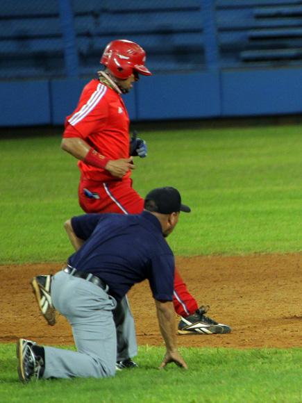 El arbitro atento a la jugada. Foto: Ismael Francisco/Cubadebate.