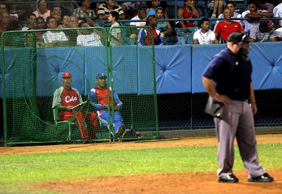 Jorge Fuentes, y Victor Mesa detras del home.  Foto: Ismael Francisco/Cubadebate.