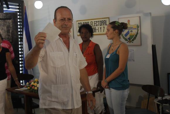 Santiago Gonzalez Guerra, miembro de la Mesa Electoral del Colegio número 1 de la circuscripción número 13 del municipio Plaza de la Habana, deposita la boleta de Fidel Castro Ruz. Foto: Ismael Francisco/Cubadebate.