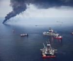 plataforma petrolífera de BP en el Golfo de México siendo rodeada para quemar hidrocarburos