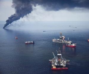 Fotografía de archivo tomada el 19 de junio de 2010 que muestra la plataforma petrolífera de BP en el Golfo de México siendo rodeada para quemar hidrocarburos y evitar así posibles incendios.