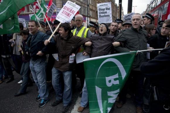 Manifestantes bloquean el tráfico en un sentido de Oxford Street en Londres (Reino Unido) por los despidos de 28 trabajadores de la empresa de transportes. Foto: AP.º