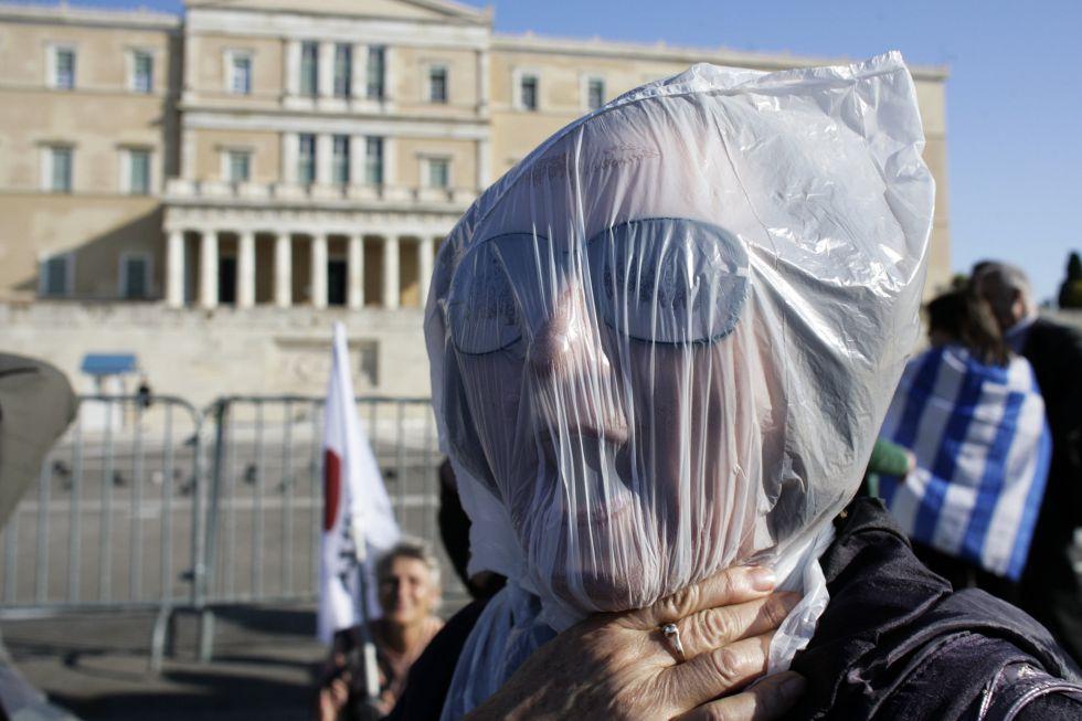 Una mujer protesta por los recortes en Atenas durante el paro general de tres horas convocado por los principales sindicatos de Grecia. Foto: Getty.