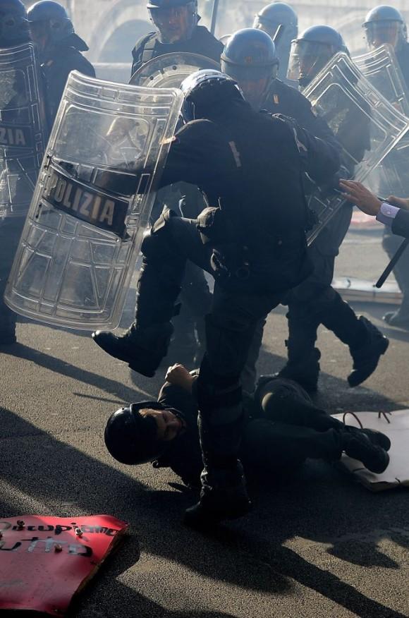 Un manifestante es agredido por un policía antidisturbios durante la protesta contra las medidas de austeridad de los gobiernos del sur de Europa el 14 de noviembre de 2012 en Roma. Foto: AFP.
