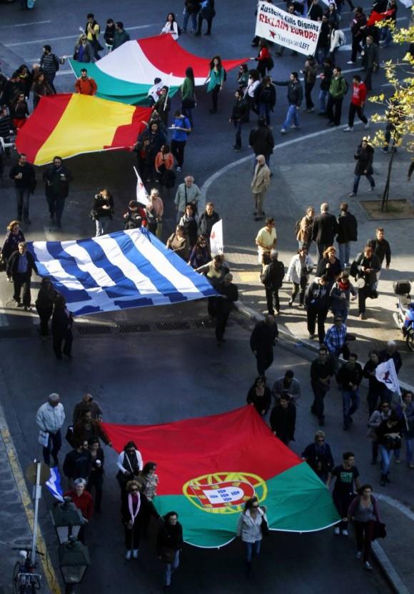 En Atenas un grupo de manifestantes, con las banderas de Portugal, Grecia, España e Italia, durante las protestas contra la austeridad. Foto: Reuters.