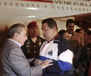 El presidente cubano recibe a Chávez en La Habana.