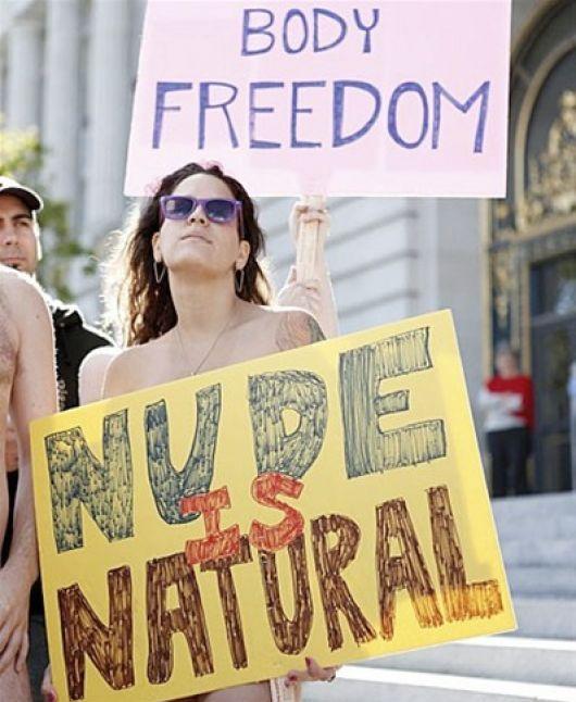 """Protestas en San Francisco. """"El desnudo es natural"""". """"Libertad del cuerpo"""". Foto: Reuters."""
