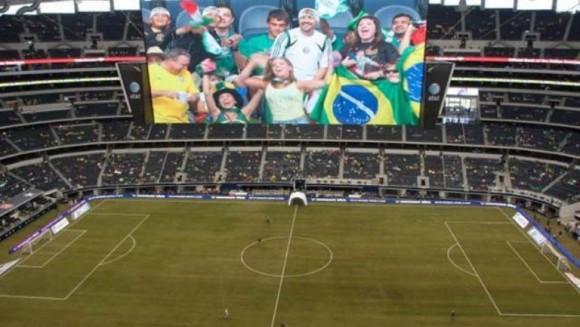 Cowboys Stadium, de Dallas. Este carísimo estadio tiene el techo retráctil más grande del mundo y las dos pantallas de televisión más grandes del mundo de alta definición. Su capacidad es de 111.000 personas.