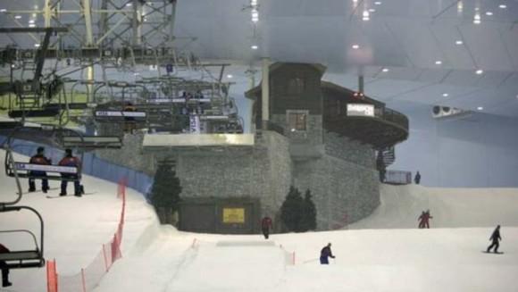 Ski Dubai ¿Se puede esquiar en el desierto con nieve de verdad, telesillas y hasta una casa de piedra de estilo alpino en la parte superior de la montaña? Pues sí. Todo esto esposible en el Ski de Dubai, aunque en el exterior se pase de los 40 grados.