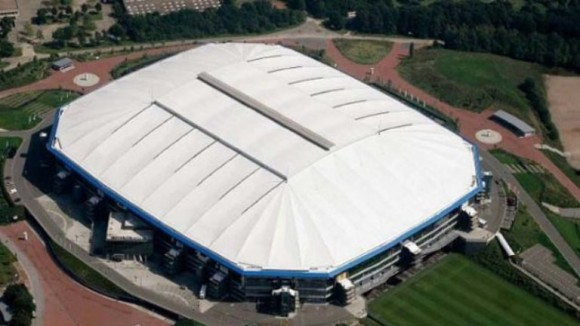 Veltins Arena El césped del estadio del Schalke está instalado sobre una gigantesca bandeja de 1,60 metros de altura que se puede mover para que la hierba tome el sol o simplemente se ventile en el aparcamiento. El estadio está totalmente recubierto de vidrios espejados y el techo es una especie de cúpula, una estructura con una forma realmente llamativa.