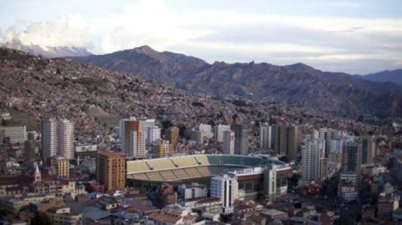Estadio Hernando Siles, de La Paz. El estadio boliviano está rodeado de rascacielos y se sitúa a 3601 metros sobre el nivel del mar. Es el recinto deportivo más alto del mundo.