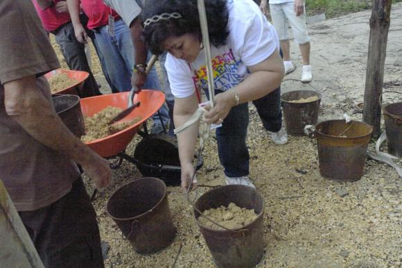 Delegados del VIII Coloquio realizan trabajo voluntario en Mayarí, Holguín