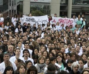 Sanitarios venidos de distintos hospitales de Madrid se concentran a las puertas del Hospital de La Paz, durante la primera jornada de huelga indefinida convocada por la Asociación de Facultativos Especialistas de Madrid (AFEM). Foto: EFE.