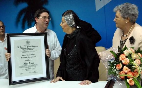 La Prima Ballerina Assoluta, Alicia Alonso (C), recibe el titulo Doctora Honoris Causa en Relaciones Internacionales, de manos del canciller cubano Bruno Rodríguez Parrilla (I),a la derecha Isabel Allende, rectora del Instituto de Superior de Relaciones Internacionales (ISRI), en la sede del ministerio de Relaciones Exteriores (MINREX), en La Habana, el 28 de noviembre de 2012. AIN FOTO/Marcelino VAZQUEZ HERNANDEZ