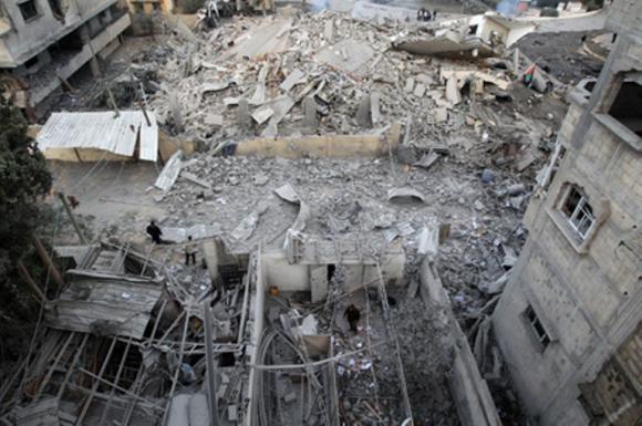 Las bombas israelíes redujeron a escombros la sede del Gobierno del movimiento Hamás en la Franja de Gaza. Los misiles alcanzaron también a un cercano edificio de apartamentos de 3 plantas. AFP / Mahmud Hams
