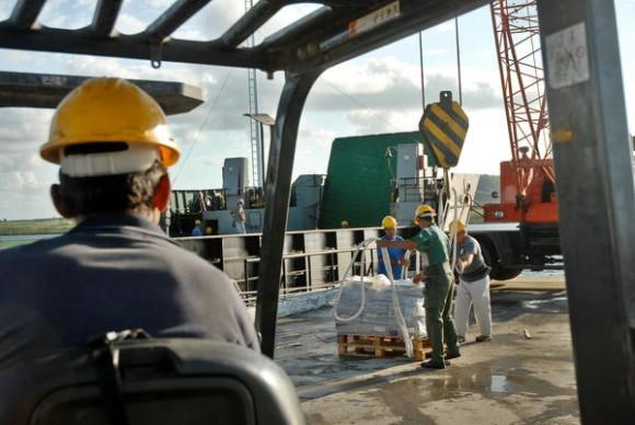 Arribo de materiales de construcción para damnificados por el huracán Sandy, por el puerto de Vita, municipio de Rafael Freyre, provincia de Holguín, Cuba, el 4 de noviembre de 2012. AIN FOTO/Juan Pablo CARRERAS