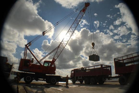 Arribo de materiales de construcción para dannificados por el huracán Sandy, por el puerto de Vita, municipio de Rafael Freyre, provincia de Holguín, Cuba, el 4 de noviembre de 2012. AIN FOTO/Juan Pablo CARRERAS/