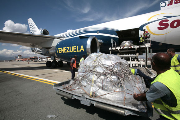 LLegada de avion de Venezuela con ayuda humanitaria para el pueblo de Santiago de Cuba. Foto: Ismael Francisco/Cubadebate.