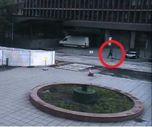 Breivik abandona la camioneta cargada de explosivos.