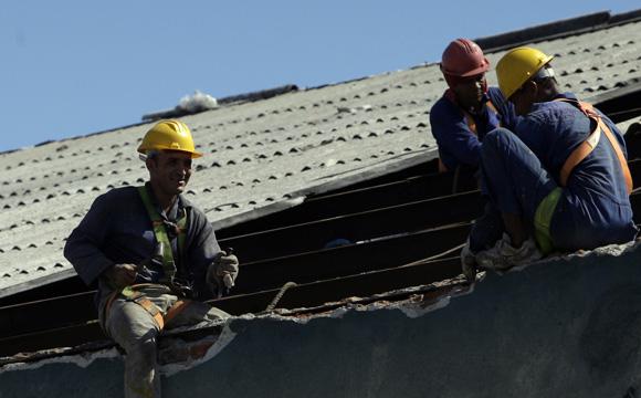 Brigada del puerto del Guayabal de Las Tunas, ayuda en la reparación de techos de los almacenes del Puerto de Santiago. Foto: Ismael Francisco/Cubadebate.