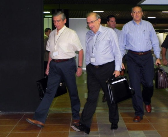Humberto de la Calle (C), jefe de la delegación del Gobierno colombiano , arribando para la continuación de las conversaciones que sostienen con las Fuerzas Armadas Revolucionarias de Colombia Ejército del Pueblo (FARC-EP), en el Palacio de las Convenciones, en La Habana, el 24 de noviembre de 2012. AIN FOTO/Tony HERNÁNDEZ MENA
