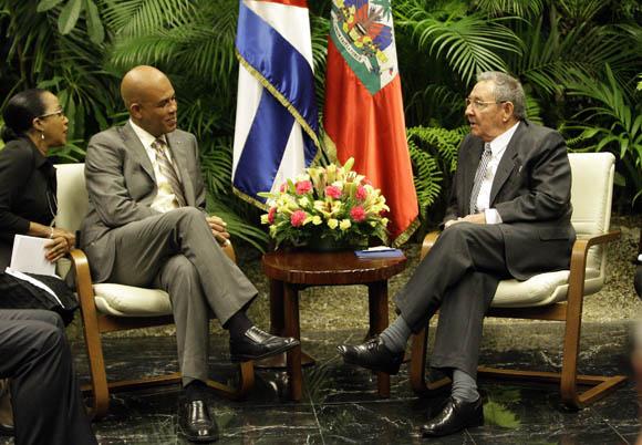 Recibe Raúl Castro, presidente cubano a su homólogo de Haití,  Michel Martelly, en el Palacio de la Revolución. Foto: Ismael Francisco/Cubadebate.