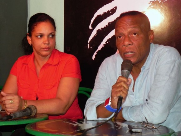 Magalys Romero, Gerente General de la Agencia Musicalia de ARTex y Elito Revé anuncian el concierto del próximo 2 de diciembre en el Salón Rosado de la Tropical. Foto. Marianela Dufflar