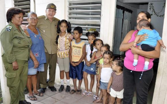 En casa de Dayami Reyes, junto a su abuela y sus ocho hijos. Foto: Estudios Revolución