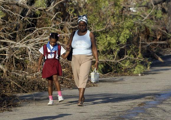 Reinicio del curso escolar en Santiago de Cuba, tras el paso del Huracan Sandy. Foto: Ismael Francisco/Cubadebate.